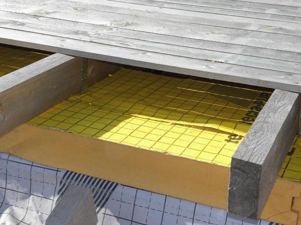 Fokozott hőszigetelés (14cm vastag PIR) és átszellőztetett légrés (15-20cm)