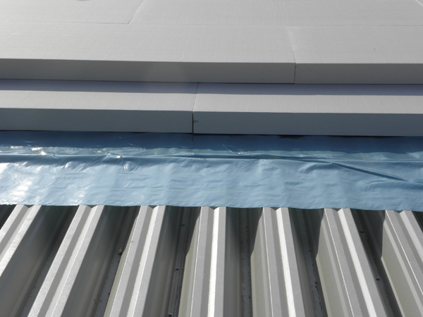 14cm vastag PIR táblákkal 2 rétegben kialakított, éleket átfedő hőhídmentesen tető hőszigetelés